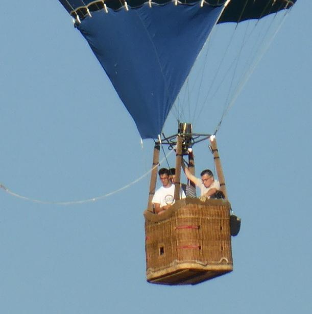 Léo en vol, avec son pilote et un copain