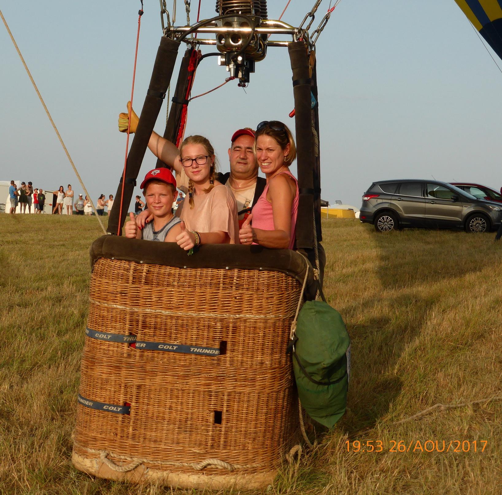Tout est OK, le pilote va bientôt faire décoller la montgolfière!